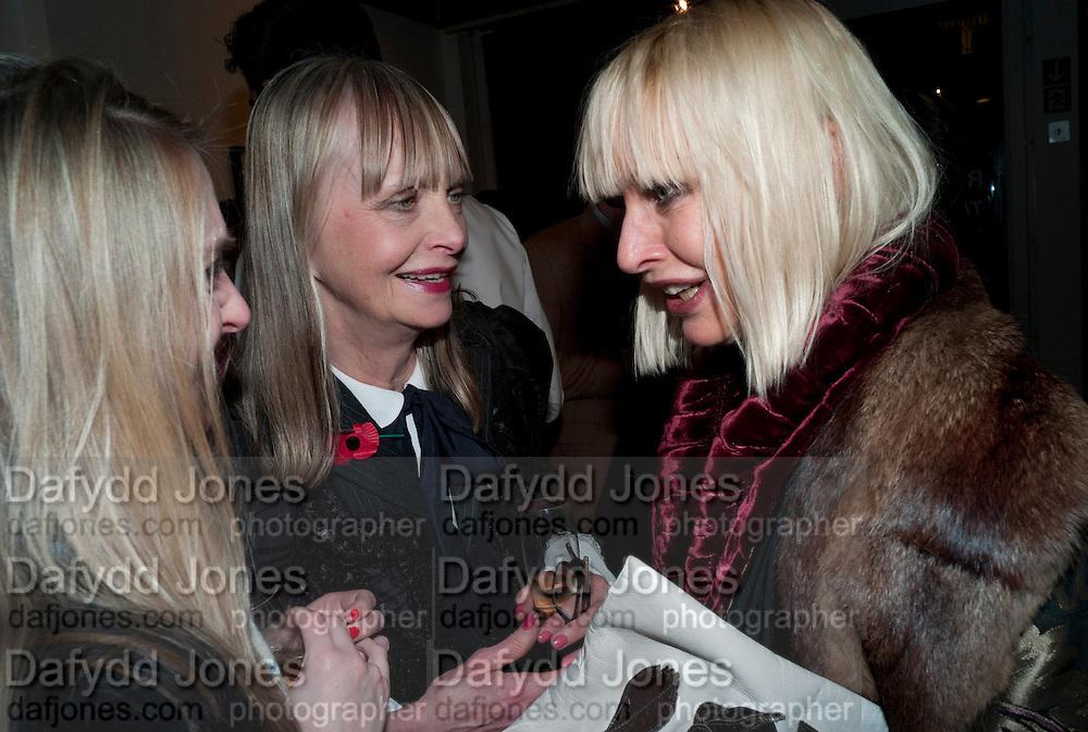 DAISY DE VILLENEUVE; JAN DE VILLENEUVE; VIRGINIA BATES, Lulu Guinness And Rob Ryan Fan Bag - Launch Party. Air Gallery. London. 10 November 2010.  -DO NOT ARCHIVE-© Copyright Photograph by Dafydd Jones. 248 Clapham Rd. London SW9 0PZ. Tel 0207 820 0771. www.dafjones.com.