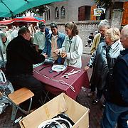 Huizerdag 2000 Huizen, standwerker verkoopt zijn waar
