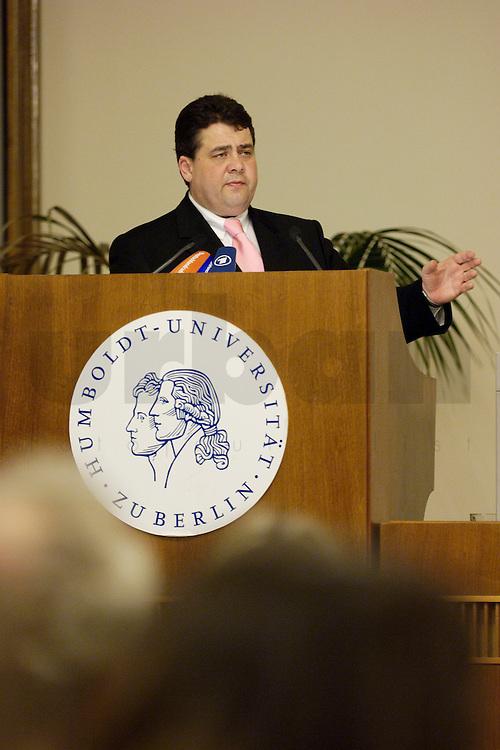 20 FEB 2006, BERLIN/GERMANY:<br /> Sigmar Gabriel, SPD, Bundesumweltminister, haelt einen Vortrag zum Thema &quot; Die Umweltpolitik der neuen Bundesregierung&quot;, Humbold Universitaet<br /> IMAGE: 20060220-02-005<br /> KEYWORDS: Rede, speech, Humbold Universit&auml;t
