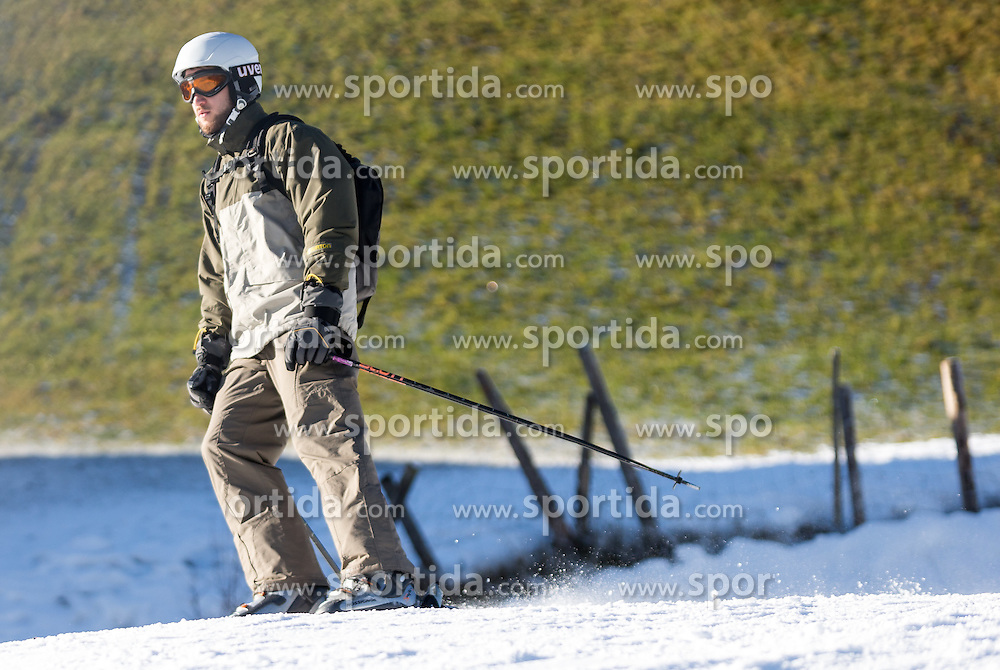 29.12.2015, Kaltenbach, AUT, Skigebiete in Österreich kämpfen mit Schneemangel, im Bild Wintersportler auf einer Piste durch ein Fenster fotografiert // skiers on a slope Photographed through a window. The missing of precipitation in this winter a lot of ski resorts complain about a lack of snow. Wide parts of Europe experience spring like weather and temperatures over the Christmas season, Kaltenbach, Austria on 2015/12/29. EXPA Pictures © 2015, PhotoCredit: EXPA/ Jakob Gruber