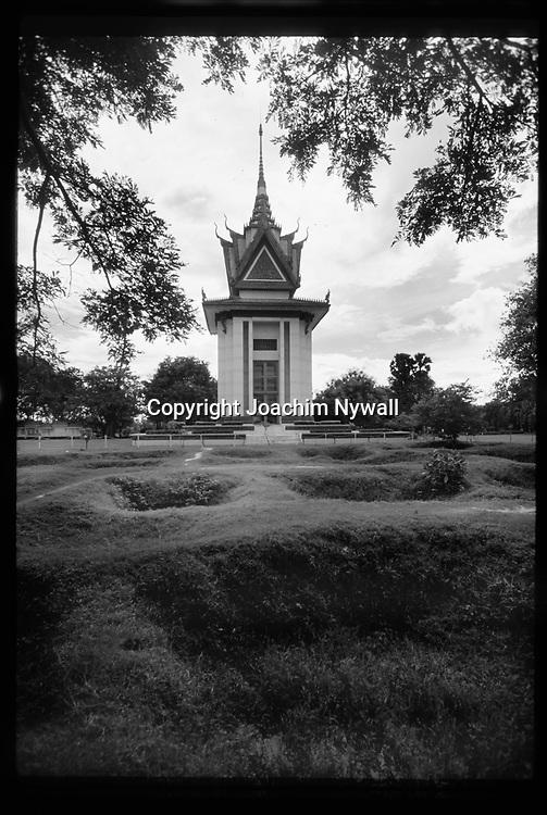 1999 Kambodja  Phnom Penh<br /> Killing Fields Choeung Ek &auml;r en minnesplats &ouml;ver Pol Pots grymma avr&auml;ttningsplats som rymmer massgravar och ett monument &ouml;ver alla offer<br /> utkanten av Phnom Pehn<br /> <br /> ----<br /> FOTO : JOACHIM NYWALL KOD 0708840825_1<br /> COPYRIGHT JOACHIM NYWALL<br /> <br /> ***BETALBILD***<br /> Redovisas till <br /> NYWALL MEDIA AB<br /> Strandgatan 30<br /> 461 31 Trollh&auml;ttan<br /> Prislista enl BLF , om inget annat avtalas.