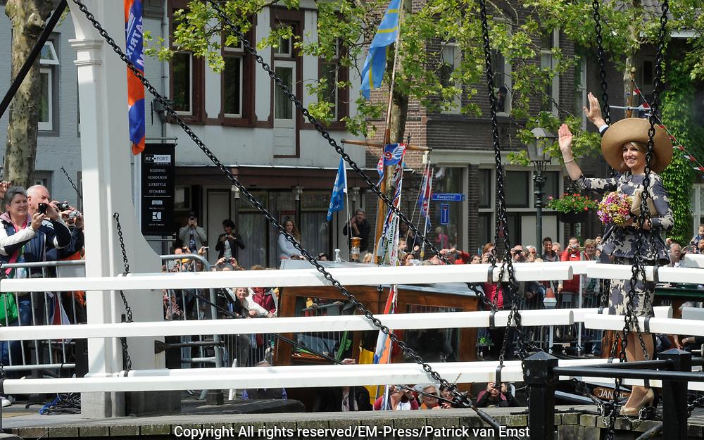 Koning Willem Alexander en Koningin Maxima op provinciebezoek in Utrecht.<br /> <br /> King Willem Alexander and Queen Maxima visit the province of  Utrecht<br /> <br /> Op de foto:  <br /> <br /> Arrival from above the King and Queen on Nienoord Estate, Leek Koning Willem Alexander en Koningin Maxima op bezoek in het dorp Vreeswijk. Aankomst bij Oude Sluis. Aldaar verbeelding van een deel van historie van het stadje: Een zandschip lost aan de kade zand in jaren &rsquo;50 zandwagen; Het schipperskoor zingt en poseren op het Kippenbruggetje<br /> <br /> King Willem Alexander and Maxima Queen visited the village Vreeswijk. Arrival at Oude Sluis. There imagination of a part of history of the town: A sand ship lost at the quay sand in sand 50s car, the skipper choir sings and posing on &quot;Chickenbridge&quot;