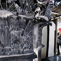 Nederland, Amsterdam , 2 december 2011..PvdA wethouder Carolien Gehrels en architect Krijn van den Ende bekijken het gerestaureerde gedeelte van de gevel van het Paleis op de Dam..Op de foto zien we een gedeelte van de gerenoveerde gevel. Op de achtergrond wordt Carolien Gehreles geinterviewd..A detail of the facade op the Royal Palace in Amsterdam, just cleaned, restored  and renovated.