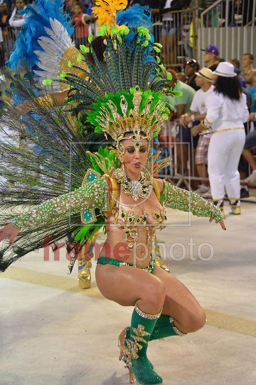 PORTO ALEGRE (RS), 14/02/2015 - A escola de samba Unidos de Vila Isabel abre a segunda noite de desfile, na noite de sábado e madrugada de domingo, no Complexo Cultural Porto Seco. Foto: Donaldo Hadlich/Frame
