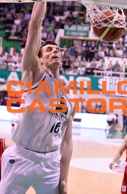 DESCRIZIONE : Siena Lega A 2013-2014 Montepaschi Siena GrissinBon Reggio Emilia playoff  Quarti di Finale Gara 2<br /> GIOCATORE : Benjamin Ortner<br /> CATEGORIA : Schiacciata<br /> SQUADRA : Montepaschi Siena  <br /> EVENTO : Lega A 2013-2014 playoff  Quarti di Finale Gara 2 <br /> GARA : Montepaschi Siena GrissinBon Reggio Emilia <br /> DATA : 24/05/2014 <br /> SPORT : Pallacanestro <br /> AUTORE : Agenzia Ciamillo-Castoria/A.Giberti <br /> GALLERIA : Lega A playoff 2013-2014 <br /> FOTONOTIZIA : Siena Lega A 2013-2014 Montepaschi Siena GrissinBon Reggio Emilia playoff  Quarti di Finale Gara 2