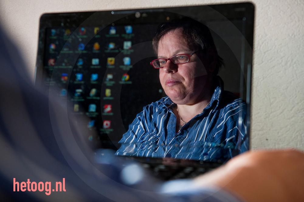 nederland,enschede, Jannette Rotman is vrijwilliger voor/bij Humanitas. Jeannette chat via www.hetluisterendoog.nl met mensen die om een chat verlegen zitten. Zij doet dit één dag per week. foto Cees Elzenga / hetoog.nl
