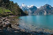Weg der Schweiz entlang der Urnersee mit in Hintergrund der Glitschen