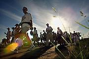 Nederland, Bemmel, 18-7-2006De zon schijnt hevig op de lopers van de 4 daagse. Later werd in Nijmegen bekend dat er wandelaars overleden zijn, en werd het evenement voor het eerst in haar geschiedenis afgelast.Foto: Flip Franssen/Hollandse Hoogte