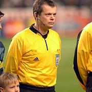 NLD/Amsterdam/20060222 - Voetbal, Champions League, Ajax - FC Internazionale, lijnrechter met headset, communicatie