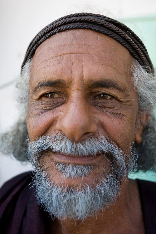 OMAN Sultanat; Arabische Halbinsel, Tourismus; im SÜDEN in SALALAH; auf dem SUQ: Portrait: MASAUD BIN ALI BIN ISSA AL MAASHANI, der Mann aus den Bergen; Salalah SOUK; Portrait Omani Man from the Mountains; 15.03.2008