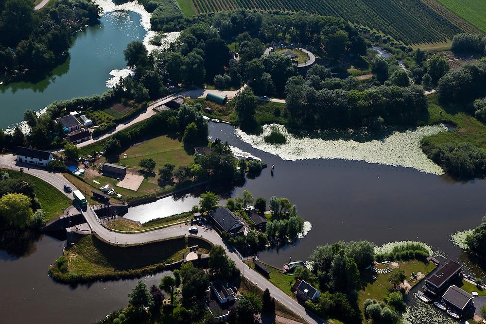 Nederland, Gelderland, Gemeente Lingewaal, 08-07-2010; Fort Asperen, onderdeel Nieuwe Hollandse Waterlinie. Rechts riviertje de Linge, onder in beeld de twee waaiersluizen (ten behoeve van de  inundatie)..Fort Asperen, part of the New Dutch Waterline. Linge river (right), with two sluices for the inundation..luchtfoto (toeslag), aerial photo (additional fee required).foto/photo Siebe Swart