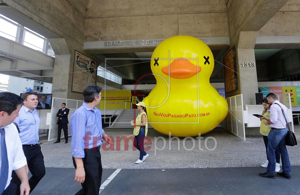 """Um pato gigante inflado é visto em frente ao prédio da FIESP na Av. Paulista, durante a tarde desta segunda feira. O pato foi colocado em dois pontos da avenida para divulgar a campanha """"Não vou pagar o pato"""", contra aumento de impostos. Foto: Nelson Antoine/Frame"""