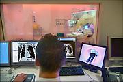 Nederland, Arnhem, 26-6-2015Verschillende scanners van Philips Medical Systems in het ziekenhuis. Bijzonder zijn de CT scanner met Ambient Lighting.Een laborant maakt een ct scan van een patient die in de ct-scanner ligt.Foto: Flip Franssen/Hollandse Hoogte