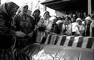 Kosovo - Pejë, Novembre 2000.Il funerale di quattro rom Askalia uccisi al rientro delle loro case provenienti dai campi profughi da uomini di etnia albanese. Le donne piangono i parenti uccisi.