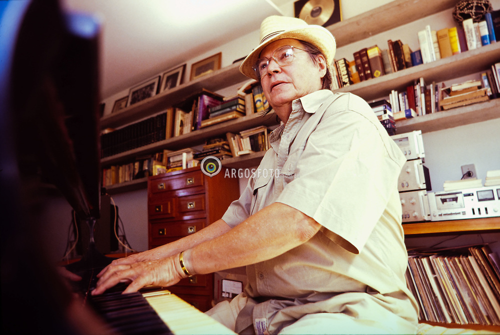 O cantor, pianista e compositor Tom Jobim em sua casa./Singer, piano player and composer Tom Jobim in his house. Foto © Marcos Issa/Argosfoto
