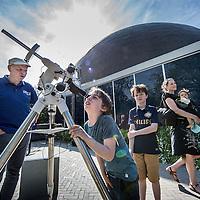 Nederland, Amsterdam, 9 mei 2016.<br /> Op maandag 9 mei is vanuit Nederland een bijzonder zeldzaam hemelverschijnsel zichtbaar. De planeet Mercurius beweegt dan in ruim zeven uur tijd voor de zon langs.<br /> Je kunt de planeet zien als een klein stipje voor de zon. Op het terras van het Planetarium van Artis wordt de Mercuriusovergang met verschillende telescopen bekeken en binnen in de koepel wordt er van alles verteld over deze bijzondere gebeurtenis.<br /> <br /> An extremely rare celestial phenomenon visible from the Netherlands on Monday, May 9th. Mercury then moves into more than seven hours before the sun.You can see the planet as a small dot on the sun. On the terrace of the Planetarium the Mercury transit is viewed with different telescopes and inside the dome everything is being explained about this special event.<br /> <br /> Foto: Jean-Pierre Jans