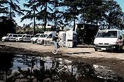 ROMA. UN BAMBINO ROM GIOCA NEL FANGO CON LA SUA BICICLETTA ALL'INTERNO DEL CAMPO NOMADI CASILINO 900