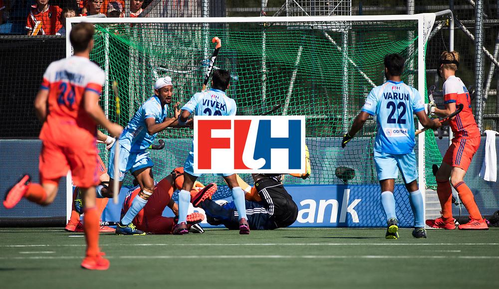 BREDA - Mandeep Singh (Ind.) brengt de stand op 0-1   tijdens Nederland- India (1-1) bij  de Hockey Champions Trophy. India plaatst zich voor de finale.  COPYRIGHT KOEN SUYK