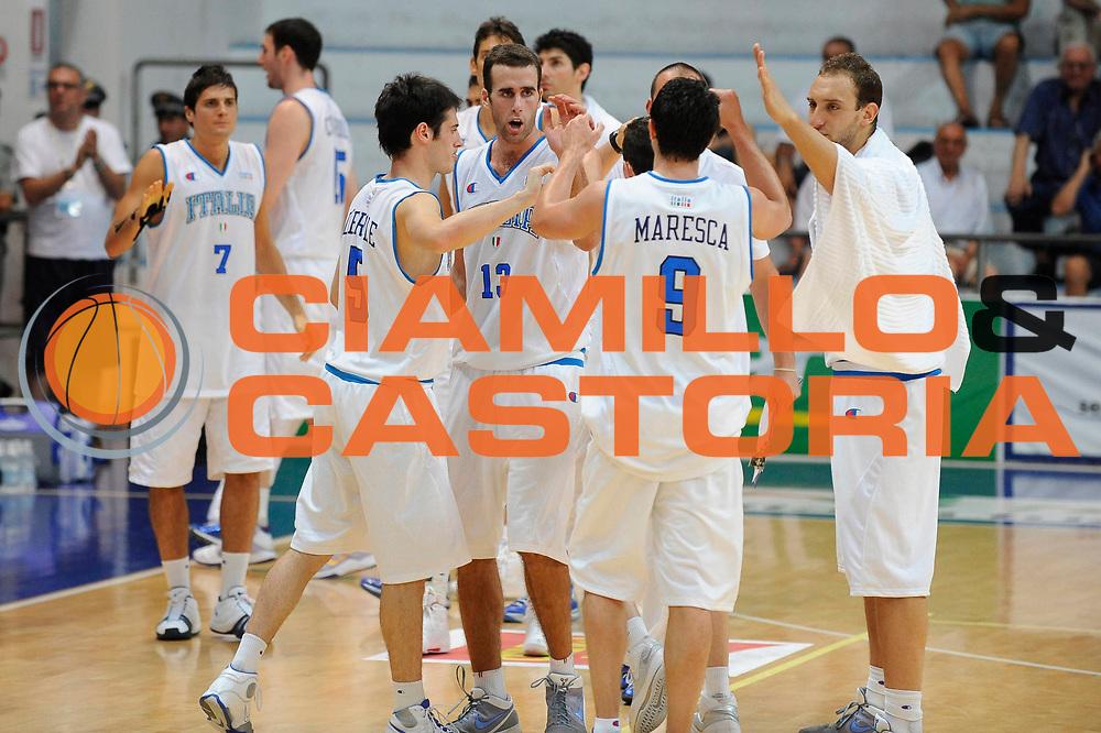 DESCRIZIONE : Roseto degli Abruzzi Giochi del Mediterraneo 2009 Mediterranean Games Italia Serbia Italy Serbia Quarter Final<br /> GIOCATORE : Team Squadra<br /> SQUADRA : Nazionale Italiana Maschile<br /> EVENTO : Roseto degli Abruzzi Giochi del Mediterraneo 2009<br /> GARA : Italia Serbia Italy Serbia <br /> DATA : 01/07/2009<br /> CATEGORIA : esultanza<br /> SPORT : Pallacanestro<br /> AUTORE : Agenzia Ciamillo-Castoria/G.Ciamillo
