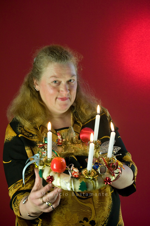 """susi, 45<br /> Der Aufgerüschte<br /> Susi geht mit ihrem Adventskranz in die Vollen. Ihr Kranz<br /> ist mit goldenem Geschenkband umwickelt und üppig mit<br /> allem verziert, was weihnachtlich ist und glitzert. Kronenkorken<br /> und Mülltüten rührt sie nicht an. Von der Straße hat<br /> sie wohl genug: Susi hat zehn Jahre in Langenhorn Platte<br /> gemacht. Zu Weihnachten hat sie von Kunden einmal einen<br /> Plastikkranz bekommen und einen Stofftiger. Der sitzt<br /> heute noch neben ihr und ihrem Mann auf dem Sofa. Auch<br /> Susis Weihnachtswunsch ist vollkommen unbescheiden.<br /> """"Ich möchte leben wie Gott in Frankreich und jeden Tag<br /> schöne Kleider tragen."""""""