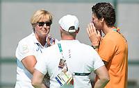 RIO DE JANEIRO (Brazilie) - De dames  van Oranje trainen vanmorgen in het Olympische hockeystadion . teamarts Conny van Bentum met fysio's Franc Backelandt en Roel van Brakel .  COPYRIGHT KOEN SUYK