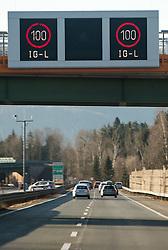 THEMENBILD - eine Anzeige mit der 100 km/ h Geschwindigkeitsbeschränkung aufgrund des Immissionsschutzgesetz- Luft (IG- L), aufgenommen in auf der A10 in der Nähe von Salzburg, Oesterreich am 07. Maerz 2015// a display with the 100 km / h speed limit due to the immission protection legal air (IG-L), at the A10 near Salzburg, Austria on 2015/03/07. EXPA Pictures © 2015, PhotoCredit: EXPA/ JFK