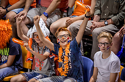27-05-2017 NED: 2018 FIVB Volleyball World Championship qualification day 4, Apeldoorn<br /> Oostenrijk - Nederland / Oranje support publiek jeugd