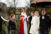 Perspresentatie van de Douwe Egberts Sinterklaasboeken in Party- en Congrescentrum Artis te Amsterdam.<br /> <br /> Op de foto:  Sinterklaas en zwarte Piet samen met Susan Smit , Paul de Leeuw en Francine Oomen .