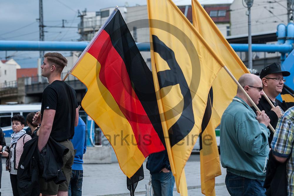 Eine Deutschlandflagge und eine Flagge der Identit&auml;ren Bewegung ist w&auml;hrend der Demonstration der rechtsextremen Identit&auml;ren Bewegung am 17.06.2016 in Berlin, Deutschland zu sehen. Mehre hundert Menschen demonstrierten gegen den ersten Marsch der rechtsextremen Identit&auml;ren Bewegung in Deutschland. Foto: Markus Heine / heineimaging<br /> <br /> ------------------------------<br /> <br /> Ver&ouml;ffentlichung nur mit Fotografennennung, sowie gegen Honorar und Belegexemplar.<br /> <br /> Bankverbindung:<br /> IBAN: DE65660908000004437497<br /> BIC CODE: GENODE61BBB<br /> Badische Beamten Bank Karlsruhe<br /> <br /> USt-IdNr: DE291853306<br /> <br /> Please note:<br /> All rights reserved! Don't publish without copyright!<br /> <br /> Stand: 06.2016<br /> <br /> ------------------------------
