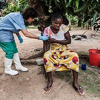 19/04/2014. Quartier de Kango II. Gueckedou. Guin&eacute;e Conakry.  <br /> <br /> Suite &agrave; un appel, une &eacute;quipe de MSF va chez Finda Marie Kamano, 33 ans, elle ressent une grande faiblesse, avec des vomissements et dysenterie. Avec la fi&egrave;vre, et les saignements de nez, ce sont les sympt&ocirc;mes provoqu&eacute;s par le virus Ebola.<br /> <br /> Un m&eacute;decin de MSF, lui prend la temp&eacute;rature. Avec 36,6&ordm;C, elle n'a pas de fi&egrave;vre. Bien que le virus de l'Ebola en provoque souvent, le fait de ne pas en avoir n'est pas un facteur determinant pour determiner si on est ou pas infect&eacute;. <br /> <br /> Following a call, an MSF team goes to consult Finda Marie Kamano, 33 years, she feels great weakness with vomiting and dysentery. With fever, and nose bleeds, what the symptoms are caused by the Ebola virus.<br /> <br /> An MSF doctor, takes her temperature. 36.6 &ordm; C, she has no fever. Although Ebola virus often causes the fact of not having is not a decisive factor in determining whether or not one is infected.<br /> <br /> &copy;Sylvain Cherkaoui/Cosmos/MSF