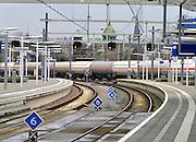 Nederland, Arnhem, 18-12-2015Een goederentrein met tankwagons voor chemicalien en andere vloeistoffen rijdt door de stad en het centraal station. Het traject door de stad maakt onderdeel uit van de goederenroute Oost-Nederland, die vanuit Twente aansluit op de betuweroute.FOTO: FLIP FRANSSEN/ HH