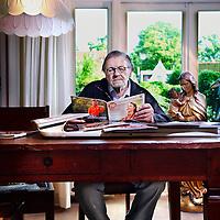 """Nederland, Hoorn , 2 augustus 2012..Rob van Vuure, de bladendokter..Rob van Vuure is een van de meest bekende en succesvolle bladenmakers van Nederland. Hij was hoofdredacteur van een tiental tijdschriften, waaronder Libelle, Playboy en Viva. Voor de Volkskrant verzorgt hij de wekelijkse tijdschriftenrubriek BLDNDKTR. Van Vuure schreef diverse boeken over creatief bladenmaken en communiceren waaronder De arrogantie van het buikgevoel en Het lingeriedenken..Tevens is hij de maker van de eenmalige PvdA uitgave """"12"""" genaamd..Foto:Jean-Pierre Jans"""