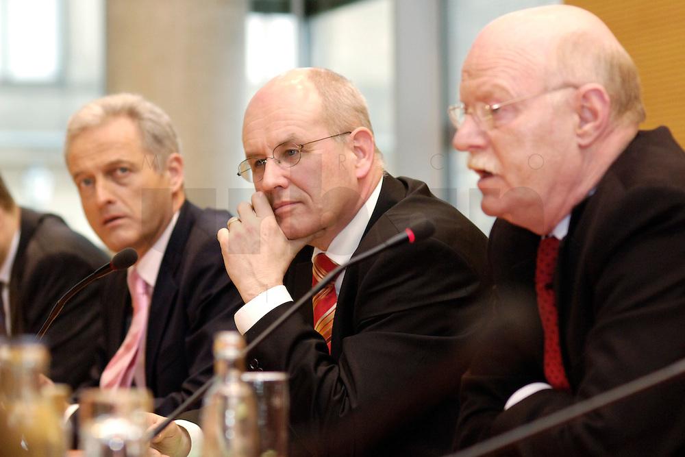 22 FEB 2006, BERLIN/GERMANY:<br /> Peter Ramsauer (L), CSU, Vors. d. CSU Landesgruppe, Volker Kauder (M), CDU, CDU/CSU Fraktionsvorsitzender, Peter Struck (R), SPD Fraktionsvorsitzender, waehrend einer Pressekonferenz zum Thema &quot;100 Tage Grosse Koalition - Bilanz der Fraktionen&quot;, Jakob-Kaiser-Haus, Deutscher Bundestag<br /> IMAGE: 20060222-01-014