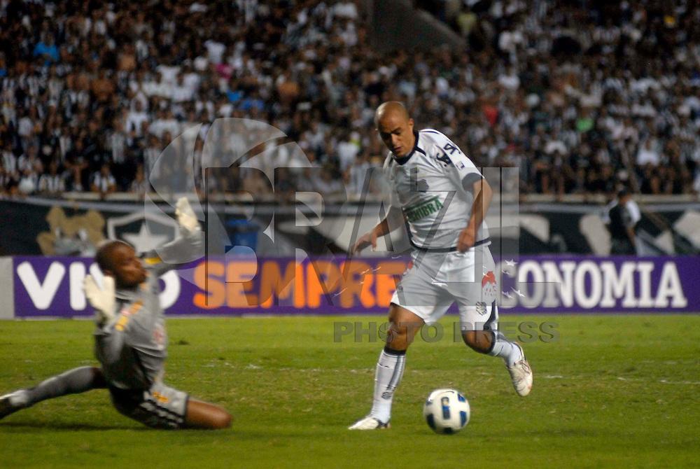 BRASIL - 05 DE NOMEBRO - Disputa de bola durante partida válida pelo Campeonato Brasileiro 2011 entre Botafogo e Figueirense. Foto de Mauro Pimentel/News Free