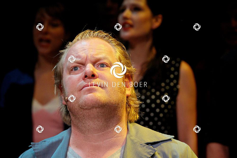 AMSTERDAM - In het DeLaMar Theater gaf Joop van den Ende Theaterproducties een kleine sneakpeak naar de nieuwe Nederlandse Musical, Hij Gelooft In Mij.  Met op de foto de acteur Martijn Fischer die de rol van Andre Hazes op zich neemt. FOTO LEVIN DEN BOER - PERSFOTO.NU