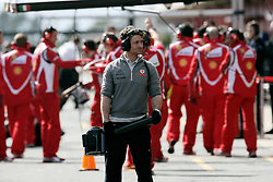 Motorsports / Formula 1: World Championship 2011, Testing in Barcelona, test, McLaren mechanics, mechaniker