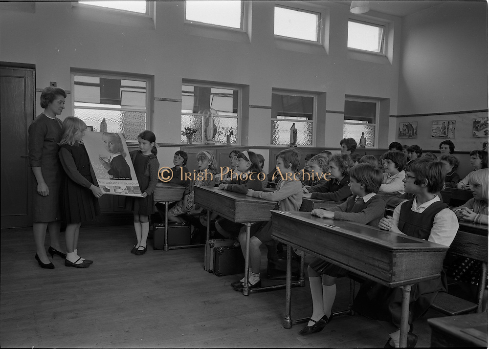 30/09/1966.09/30/1966.30 September 1966.Dental Demonstration at St. Agnes School, Armagh Road, Crumlin, Dublin. Demonstration by an English dental nurse to pupils of St. Agnes on dental health to encourage more dental nurses.