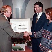 Nieuwjaarsreceptie gemeente Huizen 1999, cheque overhandiging Amnesty International