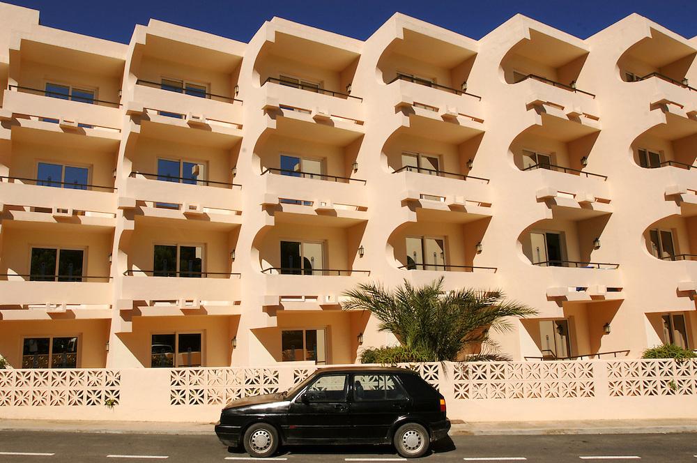 Spanien Ibiza Cala D'es Figueral Appartmenthaus Auto Herbst Oktober Haus Haeuser Architektur Stadt Fassade Hausfassade Urlaub Tourismus Insel Balearen Europa [Farbtechnik sRGB 34.49 MByte vorhanden]  Geography / Travel Europa Spanien Ibiza
