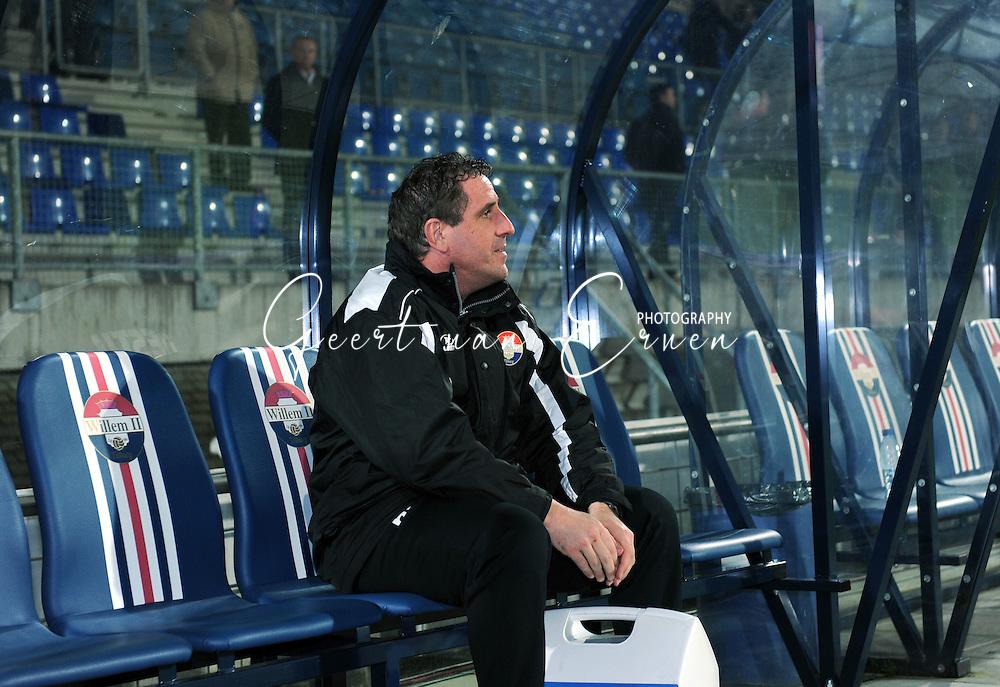 28-02-2009 Voetbal:Willem II:Heracles Almelo:Tilburg<br /> Clubman Henri van Amelsfort blijft minuten lang helemaal alleen verbijsterd op de spelersbank achter. De verzorger kan het maar niet geloven  <br /> Foto: Geert van Erven