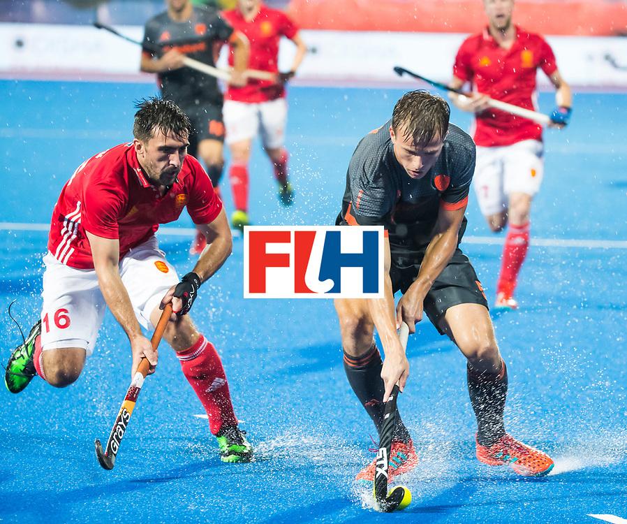 BHUBANESWAR -  Thijs van Dam (Ned) in duel met Adam Dixon (Eng) tijdens  de Hockey World League Finals , de wedstrijd om de 7e plaats, Engeland-Nederland (0-1).   COPYRIGHT KOEN SUYK