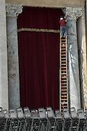 Città del Vaticano, 04/04/2005: operaio su una lunga scala prepara l'addobbo sul portone d'ingresso alla Basilica di San Pietro per la morte di Papa Wojtyla - maintenance worker on a ladder in St. Peter's square in occasion of Pope Wojtyla death.