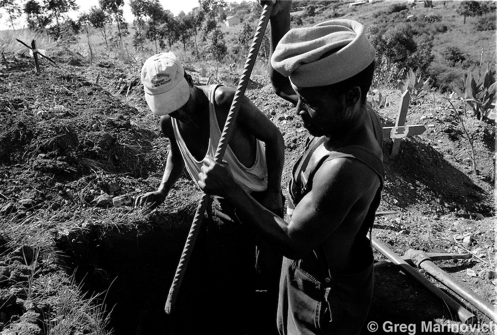 IPMG0529 South Africa, Ngwelezana 2000: .A community members help dig the grave prior to the funeral of AIDS activist Deli Hlongwa in Ngwelezana in the KwaZulu Natal province of South Africa, March 25, 2000 on the day of her funeral.  Deli was a person living with full-blown AIDS who took part in the local `Funeral Campaign' where people with HIV and Aids tell others in he community of their disease and invite them to come look at them in their open casket when they die, to disprove the widely-held notion that HIV does not kill.  South Africa has a rapidly growing HIV crisis, with some 25% of ante-natal women testing positive...Photograph by Greg Marinovich/South Photographs