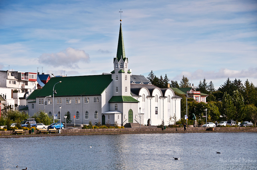 The Free Church in Reykjavík, Fríkirkjan, faces Lake Tjörnin and is next door to the national gallery.