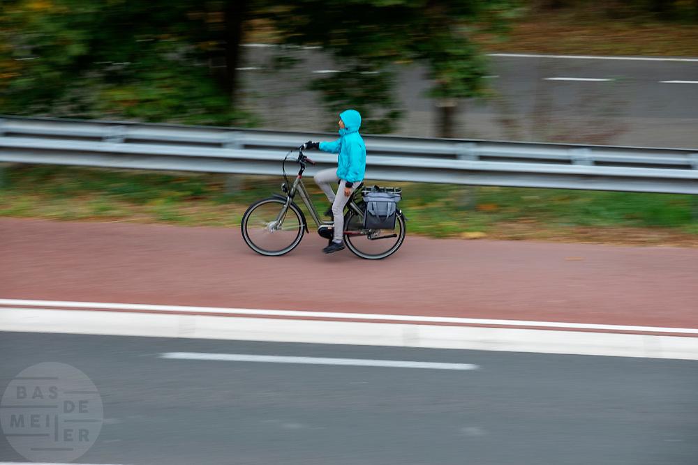 Een scholier rijdt op een e-bike door Nijmegen.<br /> <br /> A scholar rides an e-bike in Nijmegen.