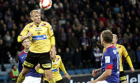 Fotball<br /> Tippeligaen Eliteserien<br /> 20.10.08<br /> Ullevaal Stadion<br /> Vålerenga VIF - Lillestrøm LSK<br /> Steinar Pedersen klarerer <br /> Foto - Kasper Wikestad