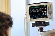 Nederland, Nijmegen, 16-1-2013.De bewakingsmonitor van een volwassen man. Afgelezen wordt de hartfrequentie, zuurstofverzadiging in het bloed, bloeddruk en de ademhalingsfrequentie te zien. Foto: Flip Franssen