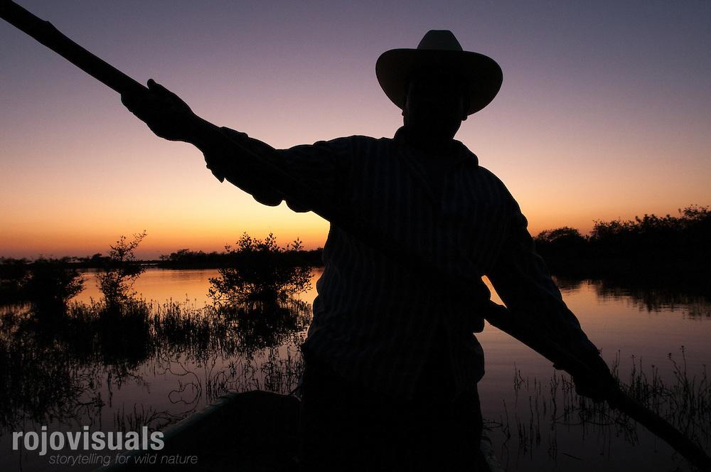 Pescador que palanque al atardecer por los canales someros del Ejido Palma Grande, en la Reserva de la Biosfera Marismas Nacionales Nayarit<br /> Nayarit, M&eacute;xico