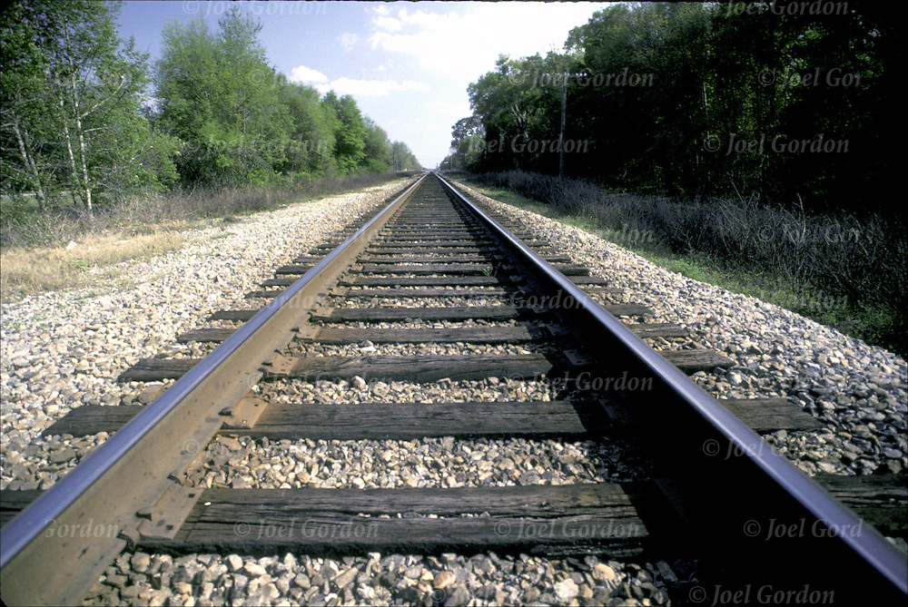 Ponzo illusion, vanishing point, railroad tracks, texture gradient, linear perpective The Way Forward