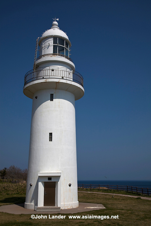 Cape Esan Lighthouse marks the border between Tsugaru Strait and the Pacific Ocean. Next to the lighthouse is a park along with a nearby active volcano. Cape Esan offers great scenery and is perfect for families with the park's open space and ocean views.